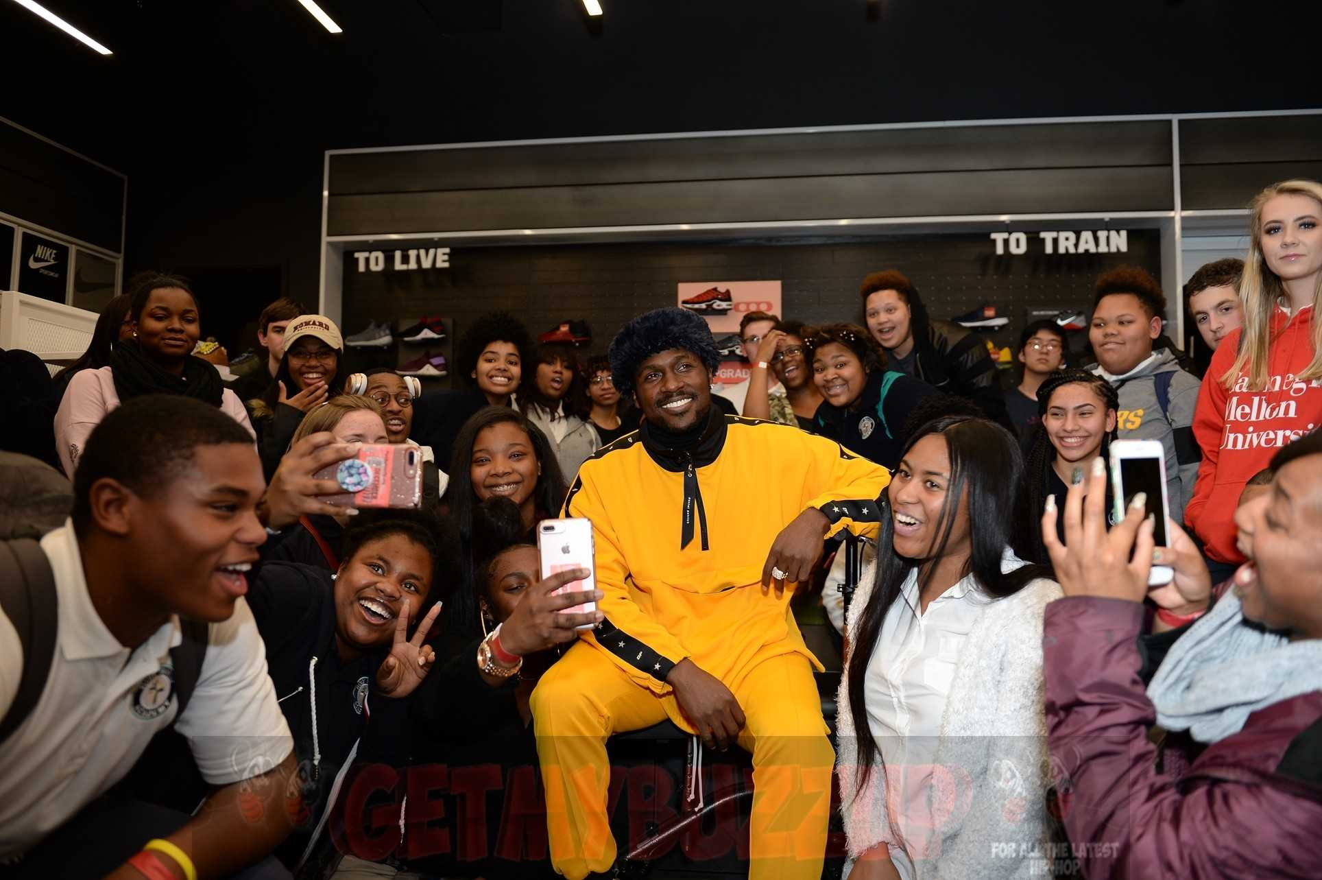CHAMPS SPORTS AND STEELERS WR ANTONIO BROWN HOST HOLIDAY IN-STORE EVENT [PHOTOS]
