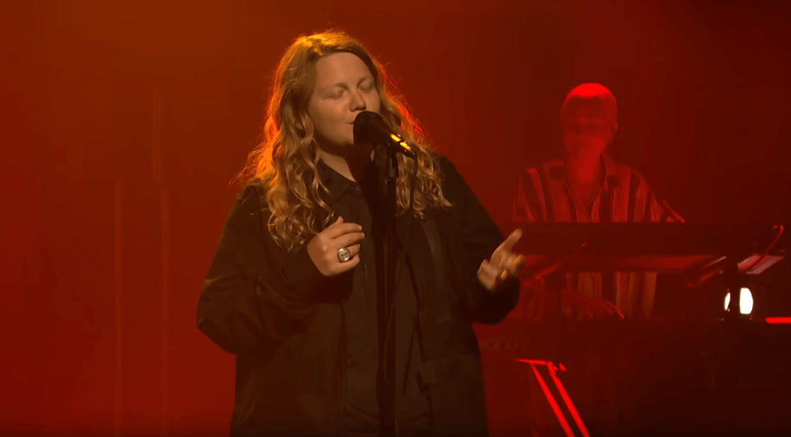 "KATE TEMPEST PERFORMS ""FIRESMOKE"" ON LATE NIGHT WITH SETH MEYERS [LIVE PERFORMANCE]"